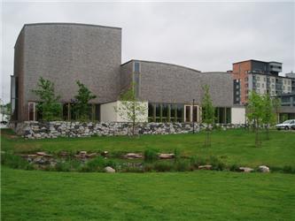 Tradičním materiálem je dřevo ve Finsku ipro stavbu kostelů – příklad novostavby církevního centra ve Viikki na předměstí Helsinek (architekt Samuli Miettinen).