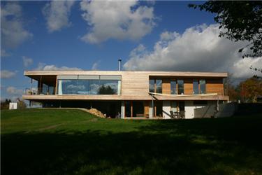 Rodinný dům vLipanech je koncipován jako energeticky úsporná panelová dřevostavba sodvětrávanou fasádou slaťovým roštem apřiznanými mezerami. Dům, který získal první cenu vkategorii rodinný dům soutěžní přehlídky Nový domov 2006, je dílem spolupráce rakouského architekta Helmuta Dietrich aautora tohoto článku