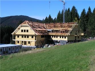 Bytový dům vŽelezné Rudě je dosud největší dřevěnou stavbou vtuzemsku zpanelů zvrstveného dřeva se stropy tvořenými spřaženými dřevobetonovými deskami (dodavatel Tesařství Biskup).