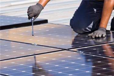 Instalaci fotovoltaických panelů by měli provádět jen kvalifikovaní dělníci