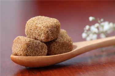 Třtinový cukr chutná ilépe včaji akávě