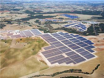 Solární park Olmedilla de Alarcónve Španělsku - jde onejvětší solární elektrárnu na světě