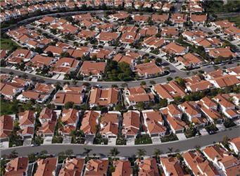 Pohled na jedno ze satelitních městeček, která jsou často charakteristická nedostatkem služeb