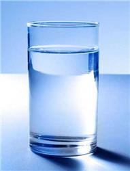 Sklenici čiré vody zkohoutku často nenatočíme, proto je dobré nechat vodu odstát