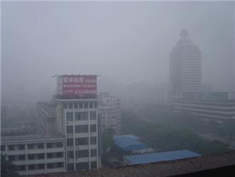 Ohnisko znečištění se přesouvá do chudších regionů. Na obrázku Peking vroce 2005