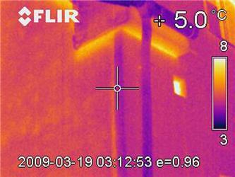 Termovizní snímky dobře ukazují nezateplené římsy (okraje říms přímo svítí)