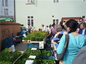 Na prvních farmářských trzích vPlzni se stála fronta především na zeleninu
