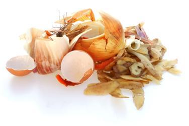 Slupky nevyhazuje do koše, ale na kompost