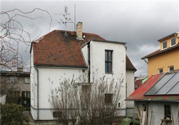 Energetický poradce, Karel Murtinger, ukazuje zateplování na příkladě svého domu. Foto: autor