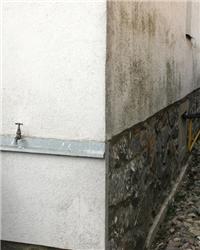 Nezaizolovaný sokl ochlazuje spodní část stěny