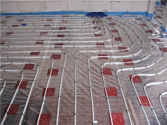 Plastové teplovodní trubky lze libovolně rozložit po podlaze