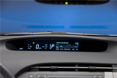 Displej na palubní desce ukazuje aktuální spotřebu atok energií. Tím učí majitele jezdit úsporněji.