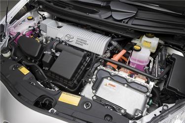 Pod kapotou najdeme dva motory – elektromotor aklasický spalovací motor. Dohromady mají 134 koní.