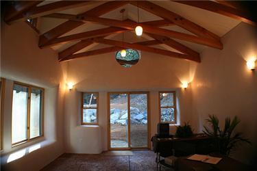 Interiér bez ostrých hran je podle majitelů slaměných domů příjemnější