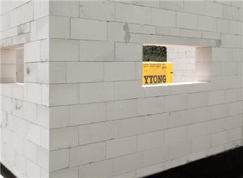 Obr.2 – Stavba zpórobetonových bloků YTONG