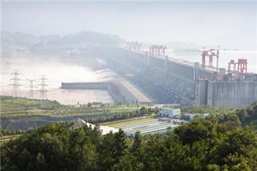 Vodní elektrárna Tři soutěsky, která je největší na světě, pokryje až desetinu celkové spotřeby elektřiny vČíně