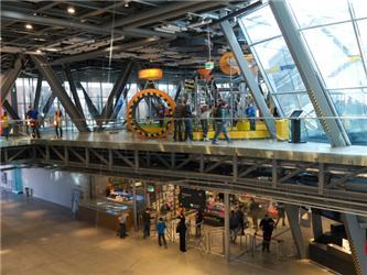 Interaktivní expozice umožňují návštěvníkům Vědeckého centra Kopernik samostatně provádět fyzikální či chemické pokusy