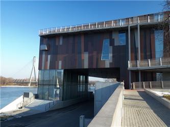 Použití cementovláknitých desek na fasády umožňuje dosáhnout požadovaného vizuálního efektu, zdůrazňujícího krajinný ráz budovy