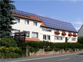 Solární panely na penzionu vněmeckém Odenwaldu. Zdroj: Autor