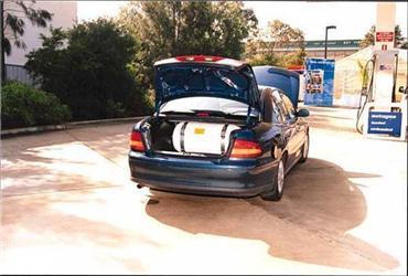 """Ceny CNG se pohybují od 15 - 18 Kč za jeden m<sup>3″></a><br /> Ceny CNG se pohybují od 15 – 18 Kč za jeden m<sup>3</sup></p> <h2>Jak jezdit na CNG akde ho """"tankovat""""?</h2> <p>Jaké jsou<strong> provozní vlastnosti při využití CNG</strong>? Stlačený plyn má oktanové číslo 130, čili je podstatně odolnější proti samovznícení než benzín sběžným oktanovým číslem kolem 95, motor je tedy méně náchylný ke """"klepání"""". <strong>CNG </strong>se lépe než benzín mísí se vzduchem arovnoměrněji plní válce, což je kmotoru šetrnější. Také má lepší startovací vlastnosti vzimě. Je nicméně přirozené, že <strong>optimálního provozu sCNG dosáhne motor primárně konstruovaný pro CNG</strong>, zatímco upůvodně benzínového motoru je účinnost oněco nižší.</p> <p><strong>Jak se CNG tankuje</strong>? Plnění se může provádět dvěma způsoby – rychlým apomalým, přičemž oba odebírají běžný plyn zplynovodní sítě. Vtzv. <strong>rychloplnící stanici </strong>je tento plyn po sušení avyčištění pomocí kompresoru uskladněn vzásobnících pod tlakem 30 MPa, odkud je pak čerpán do nádrže vozidla. Plnění trvá několik minut, srovnatelně stankováním kapalných paliv. Na rozdíl od nich se ale načerpaný plyn počítá na kilogramy, anebo na m<sup>3</sup>, přičemž 1 kg ≈ 1,4 m<sup>3 </sup><strong>CNG </strong>(nestlačeného).</p> <p class="""