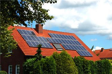 Solární panely na střeše rodinných domů již nejsou nic neobvyklého