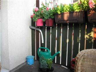 Kondenzát jímáme do 10litrové konve avyužíváme kzalévání balkónových rostlin