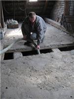 Do dutého stropu lze izolaci zjednoho otvoru foukat přibližně do vzdálenosti 4 m