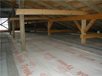 Izolaci, kterou nelze naplnit do konstrukce, je možné následně zaklopit dřevěnými prkny