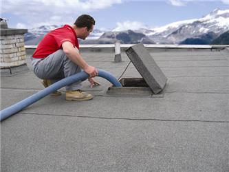 Střechy sdvojitým pláštěm ašpatně zateplenou dutinou se snadno renovují doplněním foukané izolace na původní izolační vrstvu