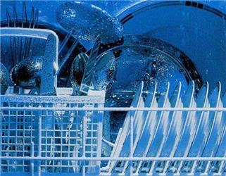 Důležitým kritériem při výběru myčky je spotřeba vody aenergie. Zohlednit bychom měli ipraktické požadavky jako je šířka myčky aobjem