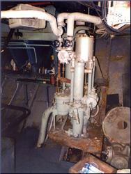 Destilační zařízení (v námořní terminologii evaporater) ve strojovně kanadské lodi HMCS SACKVILLE